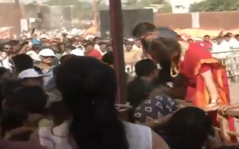 अपने समर्थकों से मिलने के लिए प्रियंका गांधी ने तोड़ा सुरक्षा घेरा