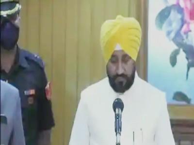 चरणजीत चन्नी बने पंजाब के नए मुख्यमंत्री, दो डिप्टी सीएम के साथ ली मुख्यमंत्री पद की शपथ