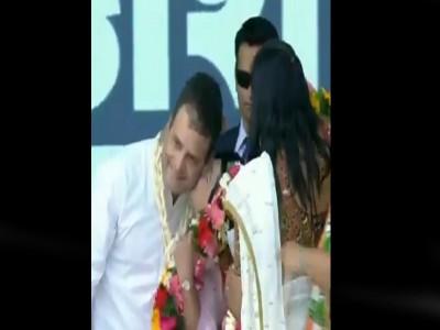 गुजरात : रैली के दौरान महिला ने राहुल गांधी को किया चुम्मा, देखें वीडियो