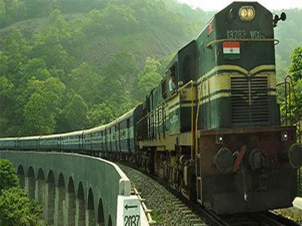अतिरिक्त कोच लगाने के बाद भी नहीं मिल रहा ट्रेनों में रिजर्वेशन