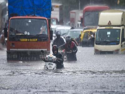मुंबई में मूसलाधार बारिश से कई सड़कें तालाब में तब्दील