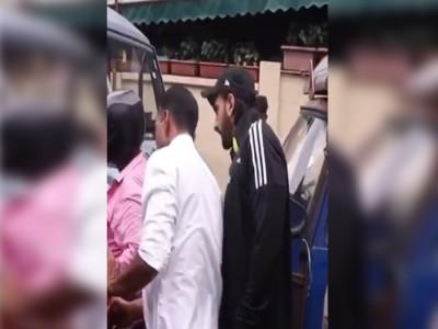 Ranveer Singh की कार और बाइक की हुई टक्कर, गाड़ी से उतरे एक्टर और दिया ये रिएक्शन... देखें Video