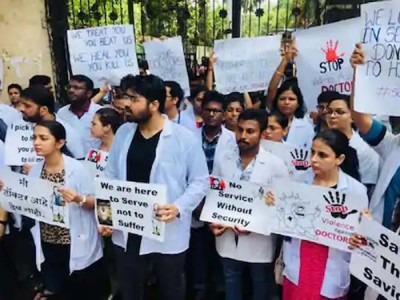 भूख हड़ताल पर बैठे हिन्दू राव अस्पताल के सभी डॉक्टर, चार महीनों से नहीं मिला वेतन
