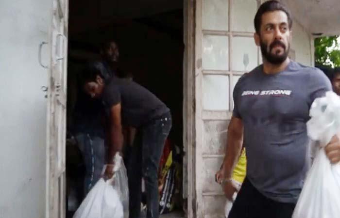 Salman ने लोड किया बैलगाड़ी और ट्रैक्टर में सामान
