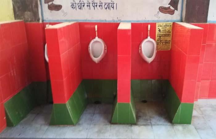 गोरखपुर: रेलवे अस्पताल के टॉयलेट में लगाए सपा के  झंडे के रंग की टाइल्स
