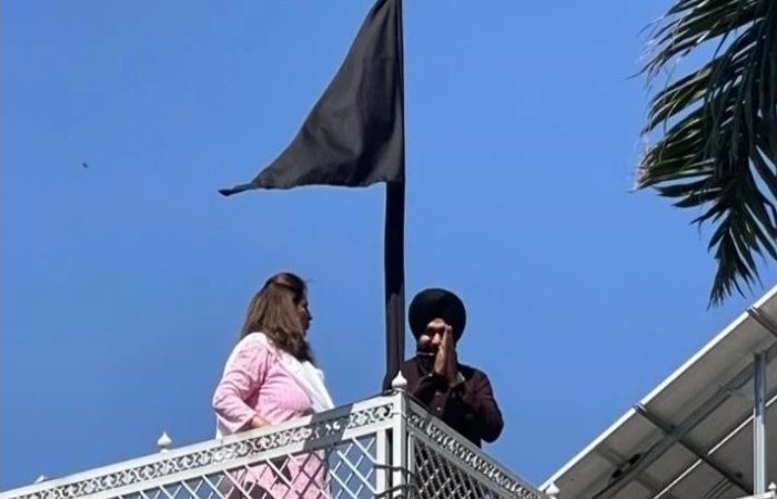 Kisan Andolan के समर्थन में नवजोत सिंह सिद्धू ने घर पर लगाया काला झंडा