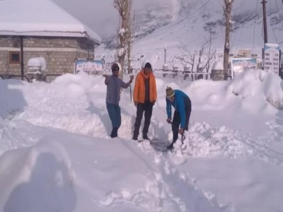 हिमाचल प्रदेश: हुई बर्फबारी, पर्यटकों की बड़ी खुशी