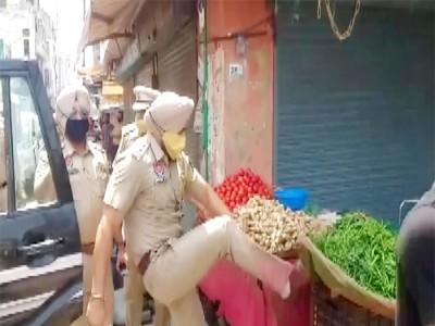 SHO ने मारी सब्जी की रेहड़ी पर लात, वायरल हुआ Video, अधिकारियों ने लिया एक्शन