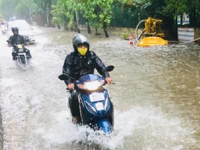 पहली ही बारिश में मुंबई हुई पानी-पानी, सड़कों पर भरा पानी