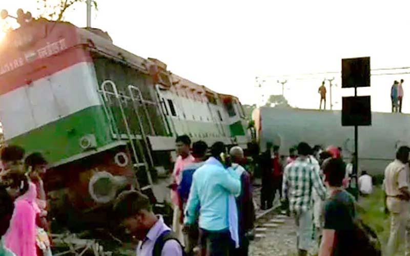न्यू फरक्का एक्सप्रेस हादसा : रेलवे ने दो अधिकारियों को निलंबित किया