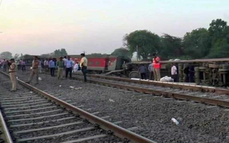 कपलिंग हो सकती है Howrah-New Delhi Express हादसे का कारण