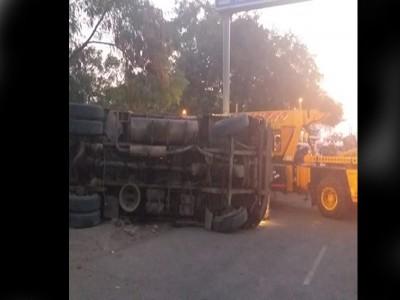 ट्रक पलटने से हुई 2 की मौत