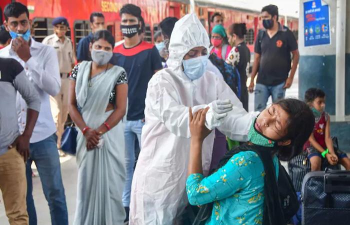 Coronavirus cases in India: लगातार दूसरे दिन देश में एक लाख से कम नए केस, 24 घंटे में तोड़ा 2219 मरीज़ों ने दम