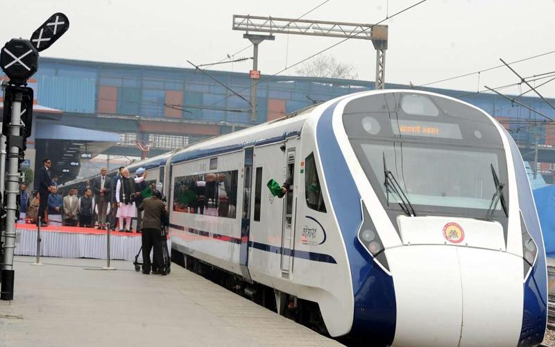 एक दिन पहले 'वंदे भारत एक्सप्रेस' में आईं थी क्या दिक्कतें, आज से मिलेगी यात्रियों को सौगात