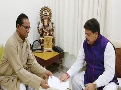 गुजरात: कांग्रेस को लगा बड़ा झटका, एक और विधायक साबरिया ने दिया इस्तीफा