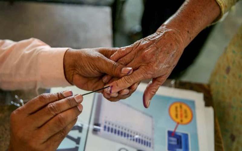 वीवीपैट मशीनों में गड़बड़ी की शिकायतों के बाद 123 मतदान केन्द्रों पर दोबारा वोटिंग जारी