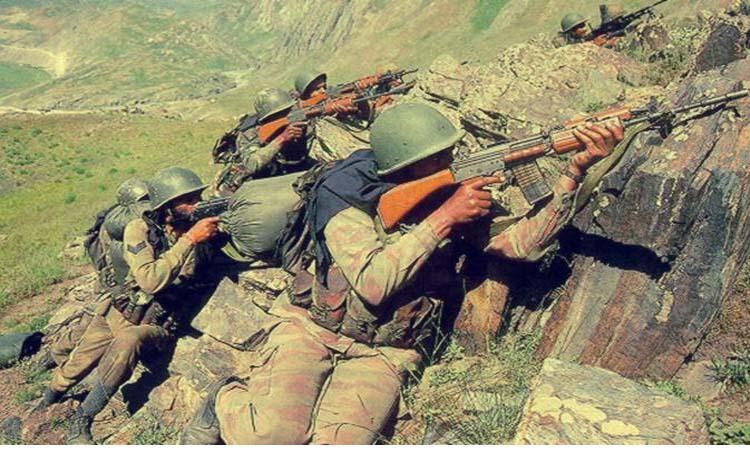 जम्मू कश्मीर: आतंकियों से मुठभेड़ में दो जवान शहीद, सर्च ऑपरेशन जारी