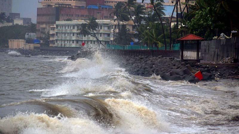 Mumbai Rain: समुद्र में हाईटाइड, उठ रही हैं ऊंची ऊंची लहरें