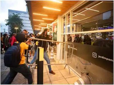 ब्राजील: सुपर मार्केट के गार्ड ने अश्वेत युवक को पीट-पीटकर मार डाला
