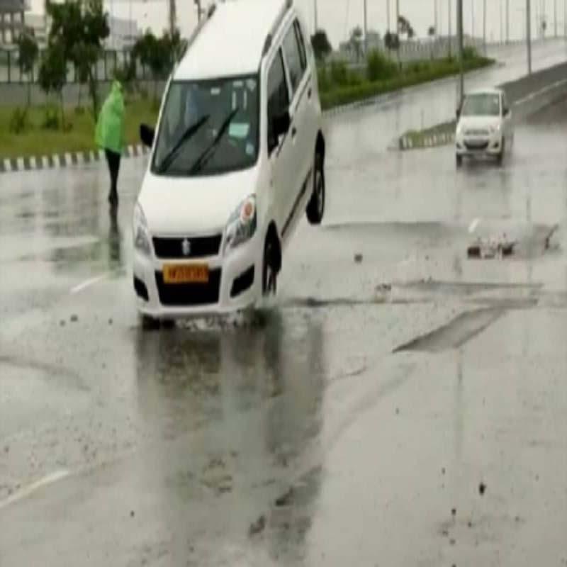 बारिश ने खोली गुरुग्राम में सड़क निर्माण की पोल, धस गई जमीन धंसी