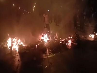 Lockdown: परेशान प्रवासी मजदूरों का फूटा गुस्सा, वाहनों में की तोड़फोड़ और आगजनी